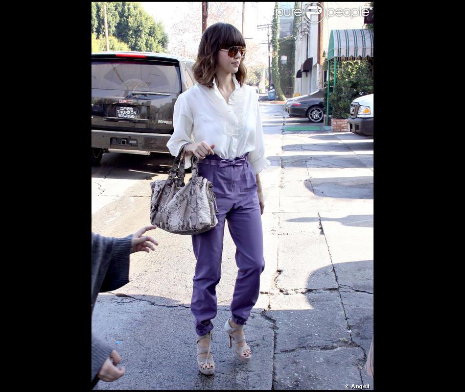 fb25b403c Jessica Alba en total look Gérard Darel, porte le pantalon carrot ...