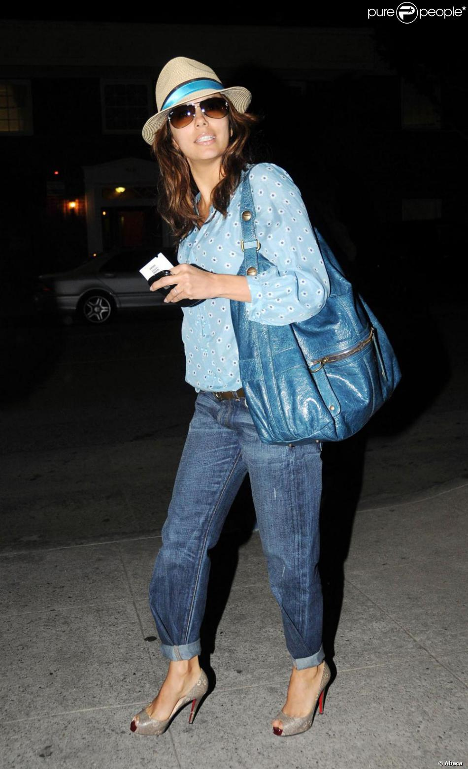 3f8ecd910 Eva Longoria, dans un look très cool, porte une blouse bleue, une ...