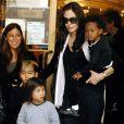 Angelina Jolie et ses trois enfants adoptés : Maddox, né le 5 août 2001 au Cambodge et adopté en 2002 ; Zahara, née le 8 janvier 2005 en Éthiopie et adoptée en 2005 ; Pax Thien, né le 23 novembre 2003 au Vietnam et adopté en 2007.