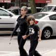 Jamie Lee Curtis et son fils Thomas se promènent dans Beverly Hills (2007)