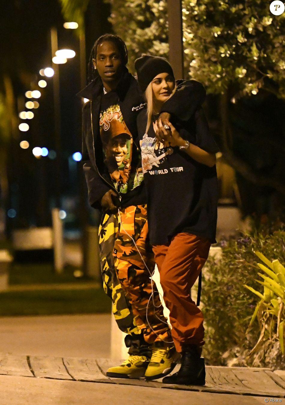 626bc1db70 Kylie Jenner et Travis Scott se promènent dans les rues de Miami le 7 mai  2017