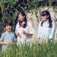 La princesse Mako (à droite) et la princesse Kako d'Akishino avec leur frère le prince Hisahito pour son 10e anniversaire, chez eux au palais d'Akasaka à Tokyo, Japon, le 10 août 2016.