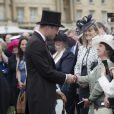 Le prince William salue des invités lors de la première garden party de 2017 dans les jardins du palais de Buckingham, le 16 mai 2017 à Londres.