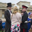 Le prince William, duc de Cambridge, parle avec des invités lors de la première garden party de 2017 dans les jardins du palais de Buckingham, le 16 mai 2017 à Londres.
