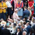 La reine Elizabeth II au milieu de ses invités lors de la première garden party de 2017 dans les jardins du palais de Buckingham, le 16 mai 2017 à Londres.