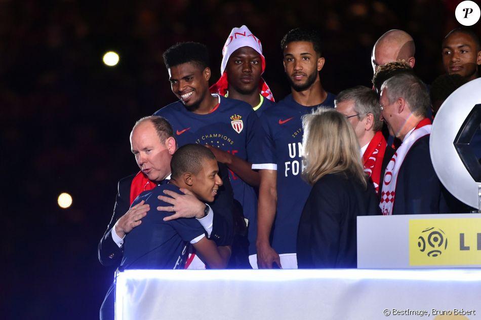 Le prince Albert II de Monaco étreint Kylian Mbappé lors de la remise du trophée de champion de France à l'AS Monaco, décerné au terme de la victoire (2-0, contre l'AS Saint-Etienne) le 17 mai 2017 au Stade Louis-II © Bruno Bebert/Bestimage