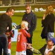 Liev Schreiber et Naomi Watts se retrouvent au stade de football avec leurs enfants malgré leur récente séparation le 1er octobre 2016.