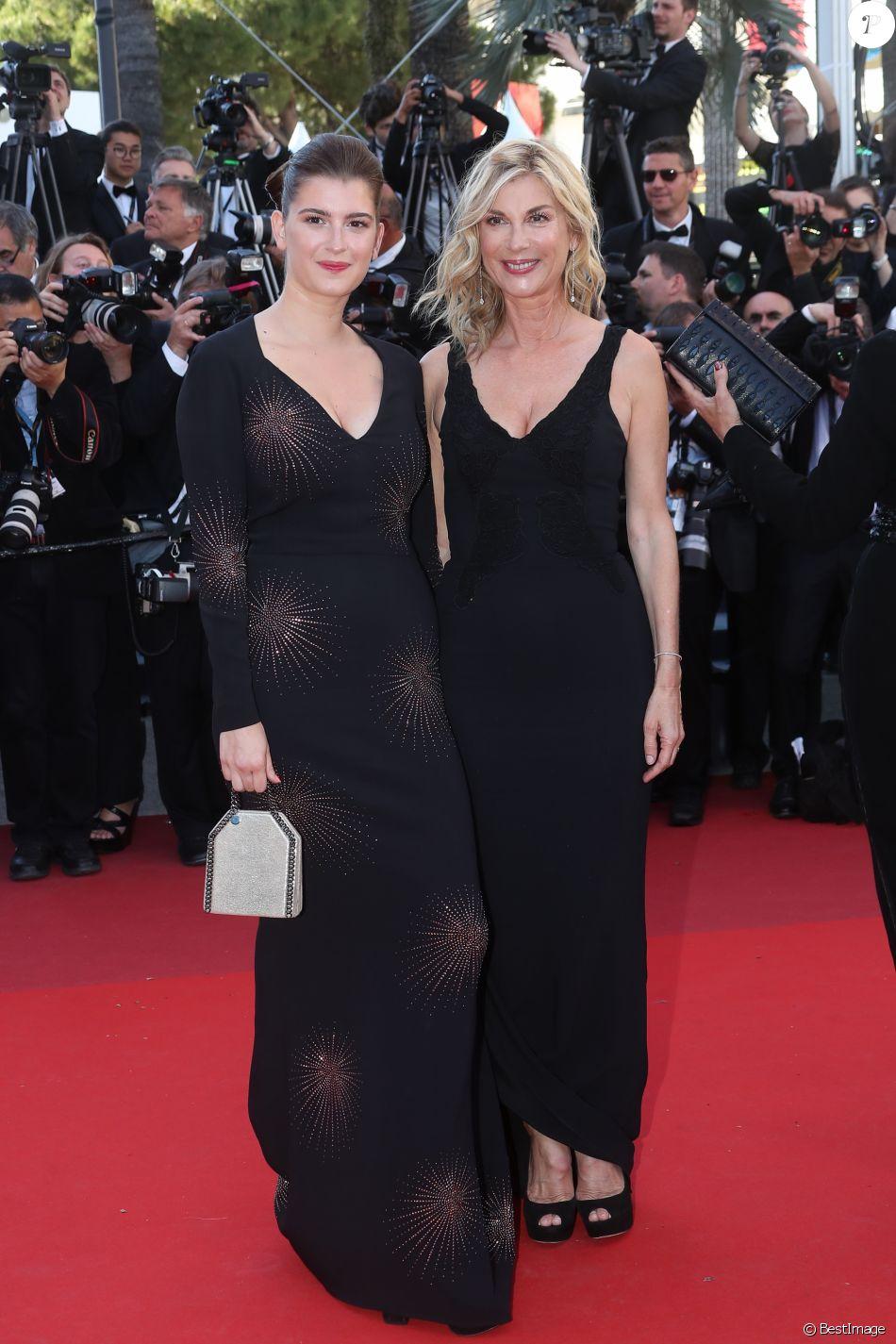 """Michèle Laroque et sa fille Oriane Deschamps - Montée des marches du film """"Okja"""" lors du 70ème Festival International du Film de Cannes. Le 19 mai 2017. © Borde-Jacovides-Moreau/Bestimage"""