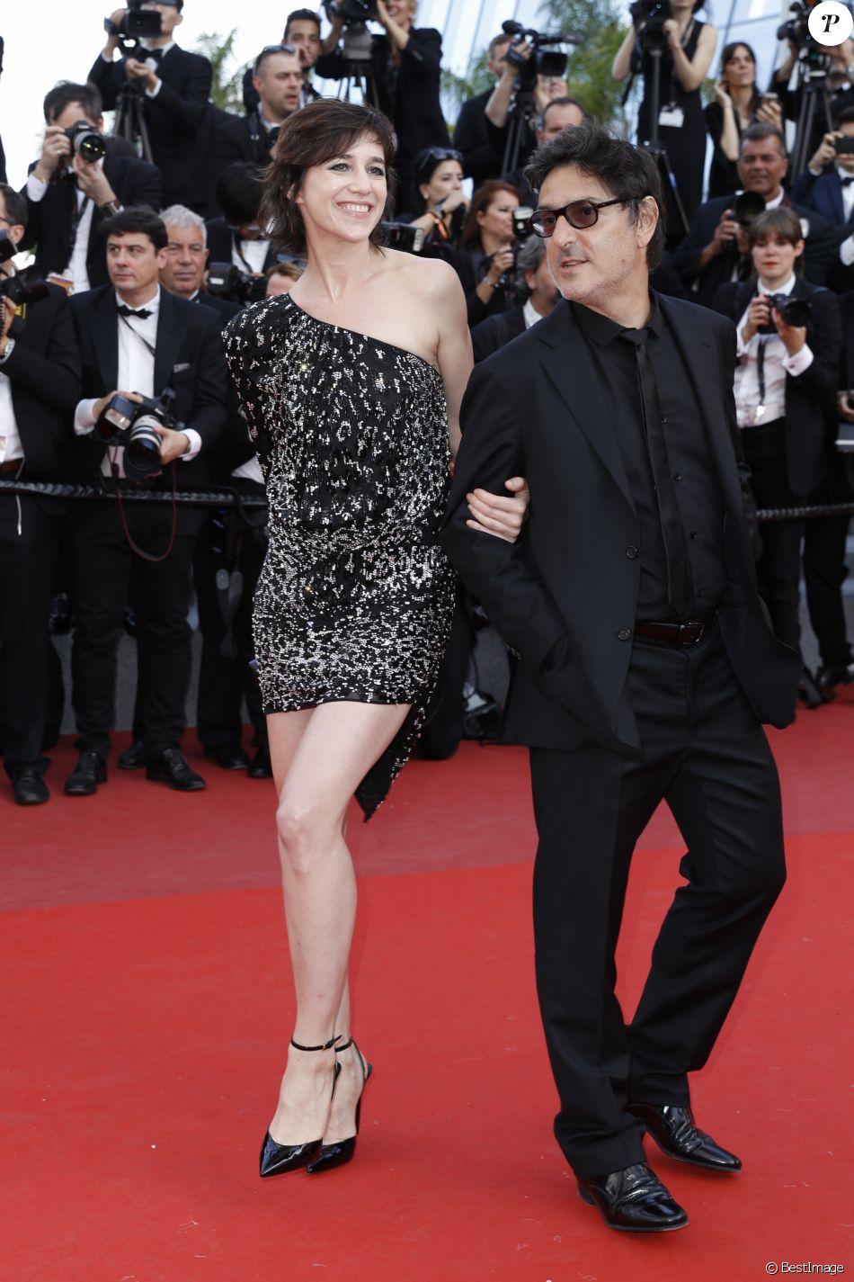 """Charlotte Gainsbourg et son compagnon Yvan Attal - Montée des marches du film """"The Meyerowitz Stories"""" lors du 70ème Festival International du Film de Cannes. Le 21 mai 2017. © Borde-Jacovides-Moreau / Bestimage"""
