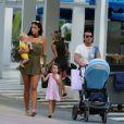 Exclusif - Arnaud Lagardère, sa femme Jade Foret et leurs enfants Liva, Mila et Emery se promènent à Miami le 24 octobre 2016.