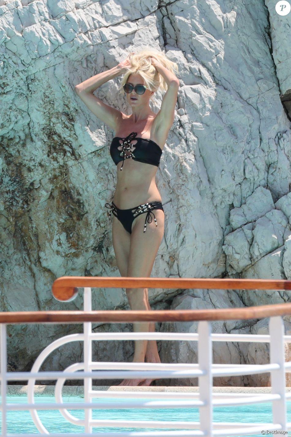Victoria Silvstedt en bikini à l'hôtel du Cap-Eden-Roc à Antibes, le 27 mai 2017.