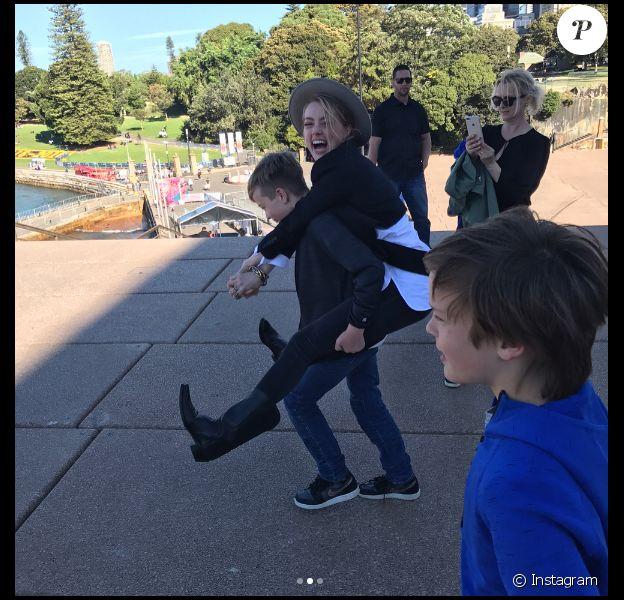 Amber Heard s'amusant avec les fils de son compagnon Elon Musk lors d'une journée passée à Sydney le 30 mai 2017