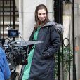 Sur le tournage d'un film, Anne Hathaway n'oublie jamais d'emporter sa paire de UGG pour être à l'aise comme dans des chaussons.