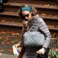 L'icône Sarah Jessica Parker ne se sépare JAMAIS de ses UGG qu'elle porte avec un joli sac Chanel. Le street-chic revisité par Carrie Bradshaw !