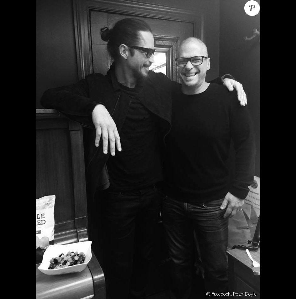 Chris Cornell et son frère Peter ensemble, la dernière photo d'eux deux avant la mort du rockeur.