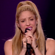 Lucie, Black M et Shakira sur la scène de la finale de  The Voice 6  pour interpréter  Comme moi , un titre des deux stars, sur TF1 le 10 juin 2017.