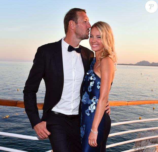 Alain Bernard et sa compagne Faustine - 5e gala annuel de l'Unité Locale d'Antibes-Juan les Pins-Vallauris de la Croix-Rouge Française à l'hôtel du Cap-Eden-Roc. Antibes, le 10 juin 2017.