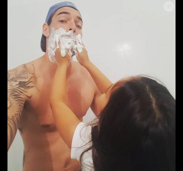 Camille Lacourt partage une photo avec sa fille Jazz, qui lui demande de se raser. Le 10 juin 2017.