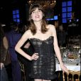 Cécile Cassel superbe dans une robe noire courte et butier, avec serre-tête assorti et lèvres rouges... le top !