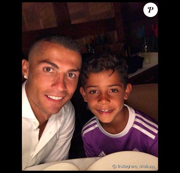 Cristiano Ronaldo pose avec son fils Cristiano Jr. en juin 2017.
