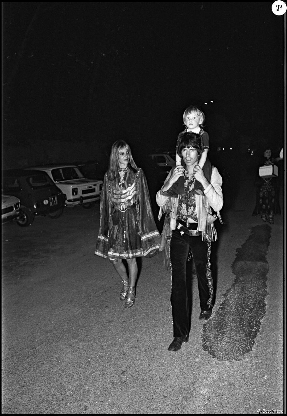 Keith Richard, sa compagneAnita Pallenberg et leur fils Marlon à Saint Tropez en 1971.
