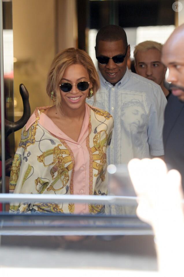 La chanteuse Beyoncé et le chanteur Jay Z sortent du magasin Just Cavalli à Milan, le 18 juillet 2016.