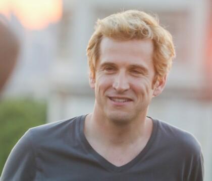 Guillaume Canet affiche son look blond étonnant sur les Champs-Élysées
