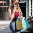 Khloe Kardashian se cache le visage avec son téléphone à la sortie d'un rendez vous chez le médecin à Beverly Hills, le 1er juin 2017