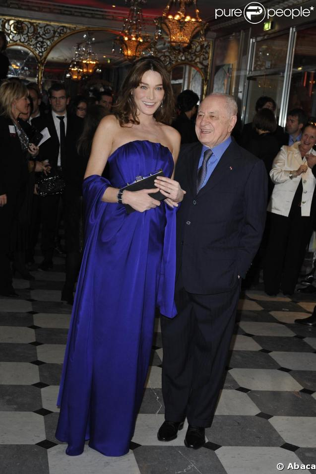 Carla Bruni et Pierre Bergé au dîner de la mode hier soir à Paris, au profit de la lutte contre le Sida