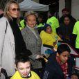 Estelle Lefébure et Bernadette Chirac entourent les enfants
