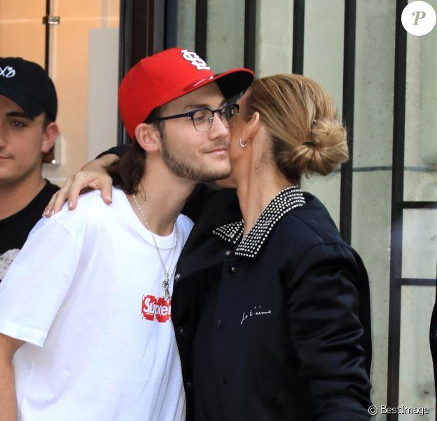 Céline Dion et son fils René-Charles Angelil sortent de l'hôtel Royal Monceau à Paris le 7 juillet 2017.