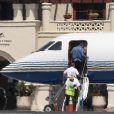 Ben Affleck monte dans un jet privé à l'aéroport de Van Nuys à Los Angeles, le 8 juillet 2017