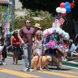 Ben Affleck achète des friandises à ses enfants Violet, Seraphina et Samuel avant d'assister à la parade patriotique du 4 juillet à Pacific Palisades, le 4 juillet 2017