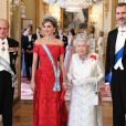 La reine Elizabeth II offrait un banquet officiel en l'honneur du roi Felipe VI et de la reine Letizia d'Espagne, le 12 juillet 2017 à Buckingham Palace, à l'occasion de leur visite officielle, la première d'un souverain espagnol au Royaume-Uni depuis 31 ans. En arrière-plan, on devine la duchesse Catherine de Cambridge et le prince Harry.