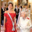 La reine Elizabeth II offrait un banquet officiel en l'honneur du roi Felipe VI et de la reine Letizia d'Espagne, le 12 juillet 2017 à Buckingham Palace, à l'occasion de leur visite officielle, la première d'un souverain espagnol au Royaume-Uni depuis 31 ans. En arrière-plan, on distingue la duchesse Catherine de Cambridge, en pleine conversation avec son beau-frère le prince Harry.