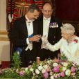 La reine Elizabeth II, qui porte ici un toast avec le roi Felipe, offrait un banquet officiel en l'honneur du roi Felipe VI et de la reine Letizia d'Espagne, le 12 juillet 2017 à Buckingham Palace, à l'occasion de leur visite officielle, la première d'un souverain espagnol au Royaume-Uni depuis 31 ans.