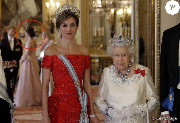 En arrière-plan, derrière la reine Letizia d'Espagne et la reine Elizabeth II, Kate Middleton, duchesse de Cambridge, et le prince Harry, le 12 juillet 2017 au palais de Buckingham.
