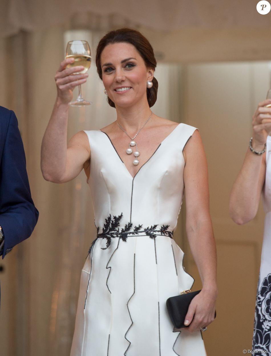 La duchesse Catherine de Cambridge, sublime dans une robe de la créatrice polonaise Gosia Baczynska, porte un toast à l'amitié britannico-polonaise. Kate et le prince William étaient les invités d'honneur d'une réception dans l'orangerie du parc Lazienki à Varsovie le 17 juillet 2017, lors de leur visite officielle en Pologne.