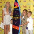 Britney Spears, Maddie Aldridge, et ses fils Sean Preston Federline, Jayden James Federline posant dans la salle de presse aux Teen Choice Awards 2015 à Los Angeles, le 16 août 2015.