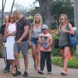 Britney Spears se promène sous la pluie avec ses fils Sean et Jayden Federline et des amis en vacances à Hawaii, le 7 août 2016.