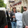 Céline Dion quitte l'hôtel Royal Monceau en compagnie de son danseur Pepe Munoz pour se rendre à Nice ou elle sera en concert le 20 juillet 2017.