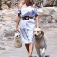 Pamela Anderson se promène avec son fils Dylan Jagger Lee et son chien Zoubisoubisou sur le port de Saint-Tropez le 29 juin 2017.