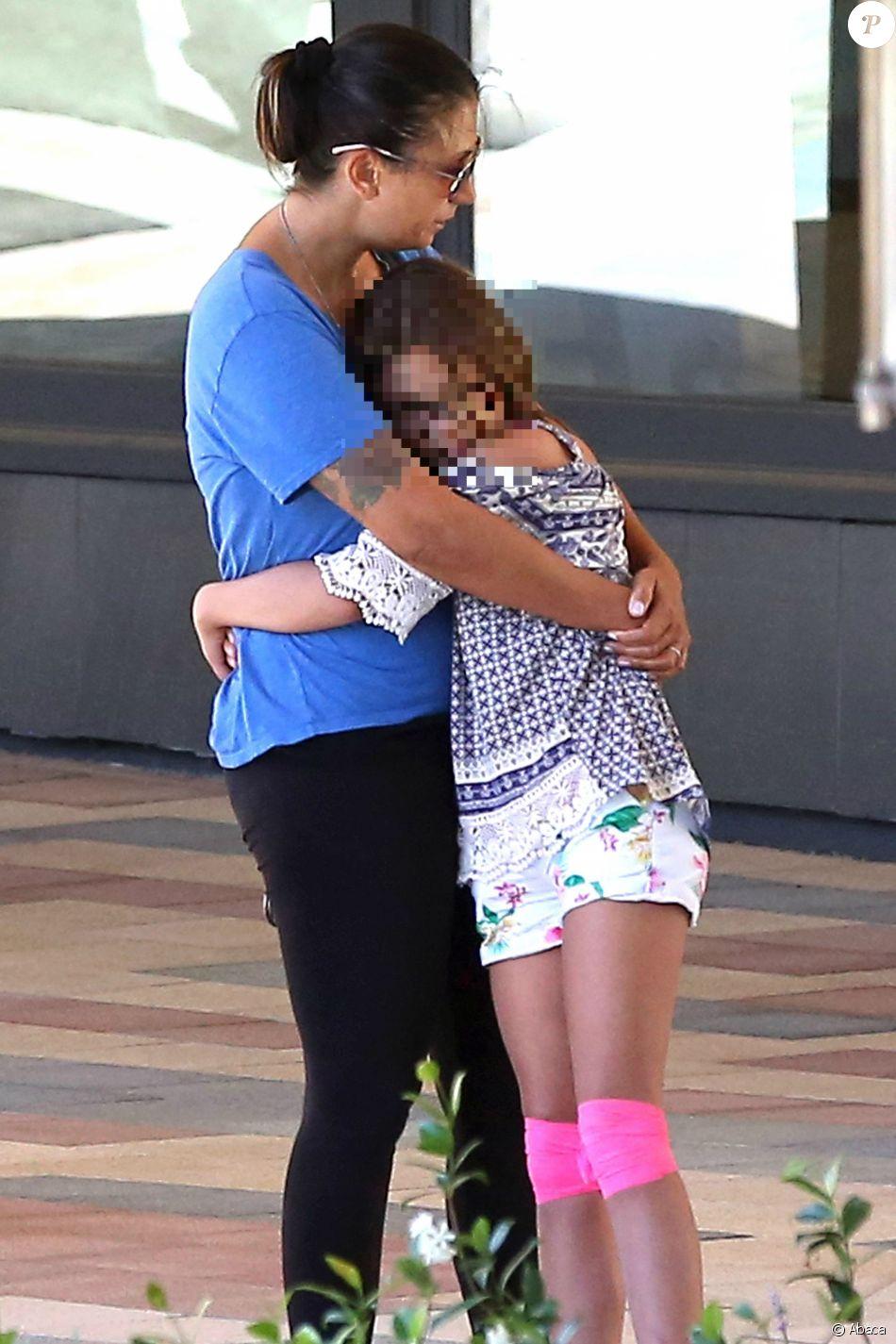 Talinda Bennington, veuve de Chester Bennington, réconfortée près de Palos Verdes, le 21 juillet 2017.