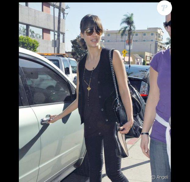 Jessica Alba et son sac Celine en cuir verni noir