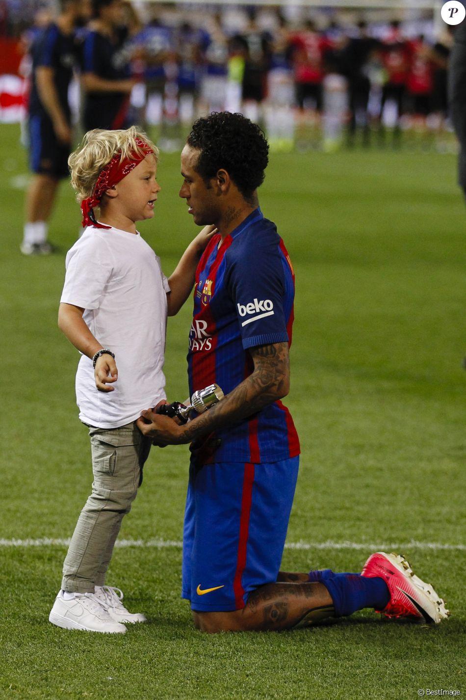 Neymar avec son fils Davi Lucca - Espagne : Messi offre la ...
