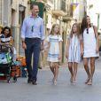 Le roi Felipe VI et la reine Letizia d'Espagne, en balade avec leurs filles Leonor et Sofia dans les rues de Soller le 6 août 2017 à Majorque.