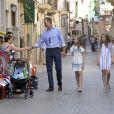 Le roi Felipe VI et la reine Letizia d'Espagne, en excursion avec leurs filles Leonor et Sofia à Soller le 6 août 2017 à Majorque.