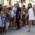Le roi Felipe VI et la reine Letizia d'Espagne se sont promenés avec leurs filles Leonor et Sofia à Soller (Majorque) le 6 août 2017 et ont découvert une exposition consacrée à Picasso et Miro au musée d'art moderne Can Prunera.