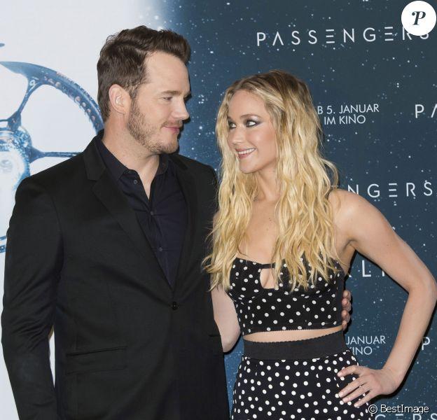 """Chris Pratt et Jennifer Lawrence au photocall du film """"Passengers"""" à l'hôtel Adlon à Berlin le 2 décembre 2016."""