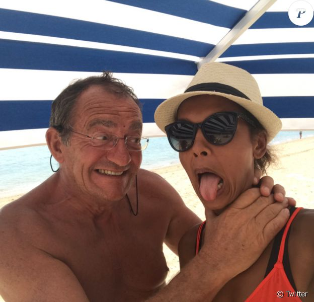 Jean-Pierre Pernaut et Karine Le Marchand complices le 8 août 2017 à la plage.